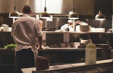 厨房で黙々と働く