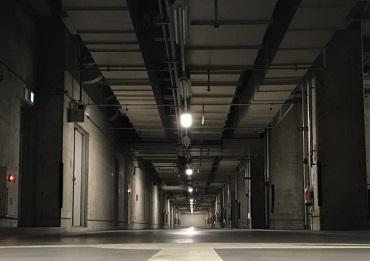 夜間のビルを警備