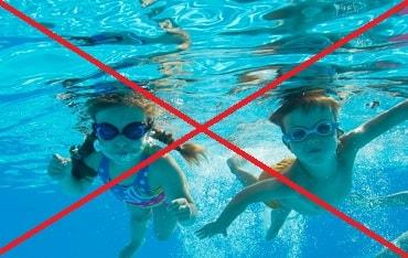 プールで子供の健康状態をチェックする監視員