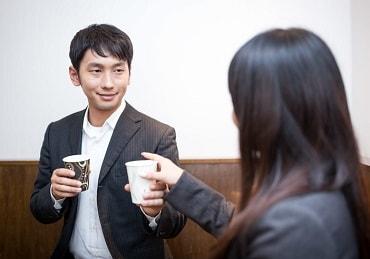コーヒーをおごって話しかける上司
