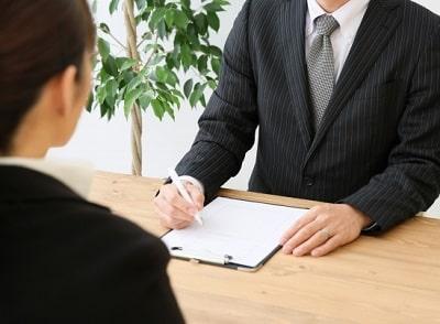 就職活動で面接を受ける