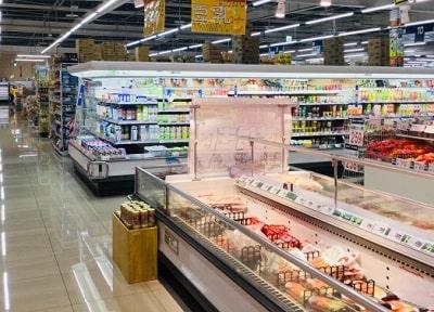 広いスーパーを案内する