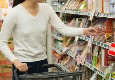 スーパーで買い物をしているお客さん