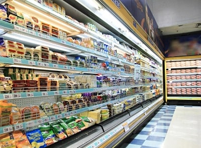 キレイに陳列されたスーパーの棚