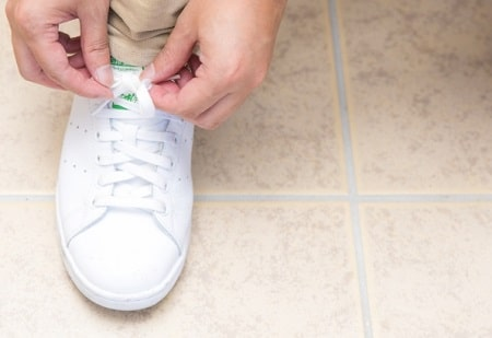 靴紐を結ぶ大学生