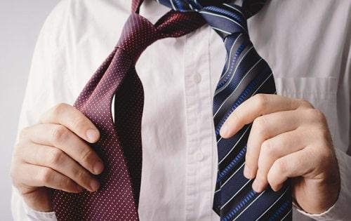 就活で慣れないネクタイを締める男子学生