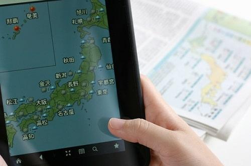 タブレットで天気予報アプリを見る