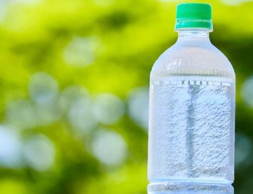 ペットボトルの水で水分補給